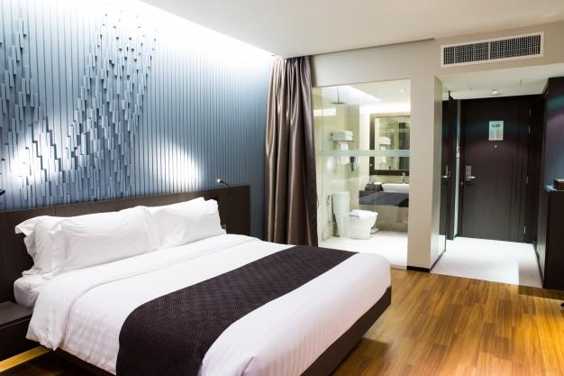 intérieur d'une chambre d'hôtel moderne et confortable