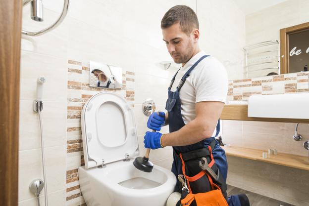 technicien sanitaire utilisant la coupe de force