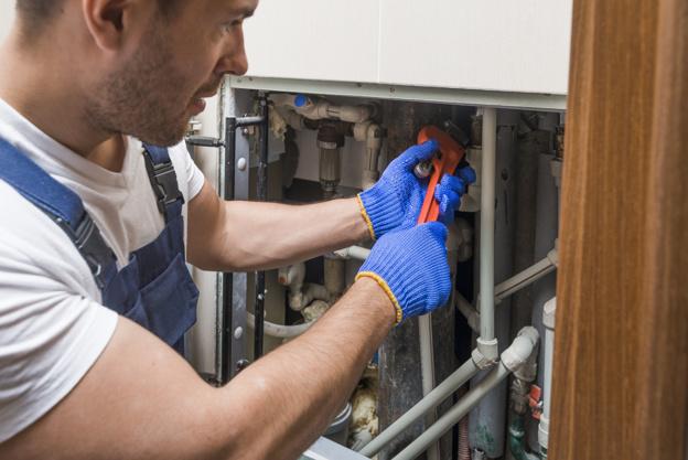 techniciens-sanitaires-travaillant avec des tuyaux